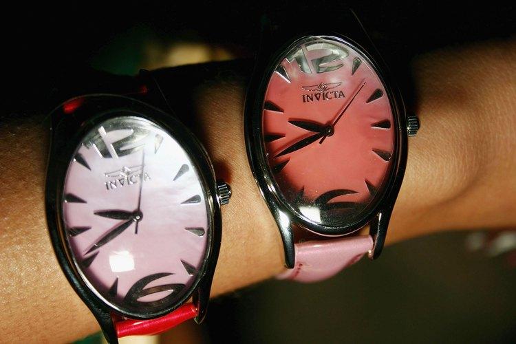 Un par de relojes Invicta.