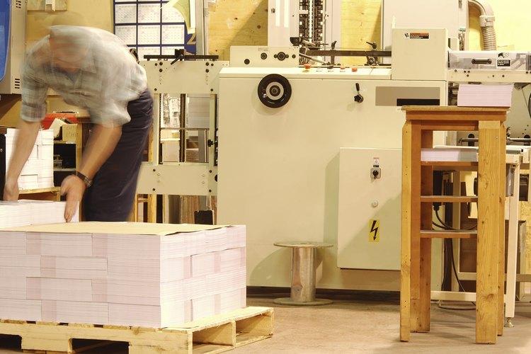 Los encuadernadores recortan los proyectos y los preparan para el envío.