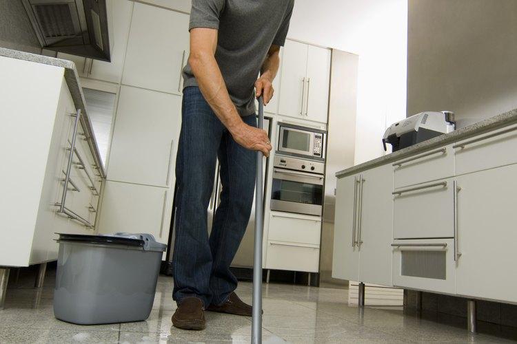 C mo limpiar un trapeador - Limpiar suelos muy sucios ...
