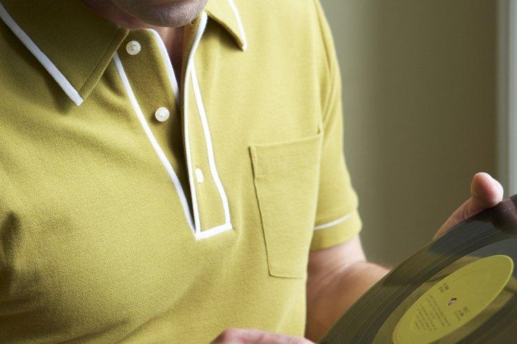 La quemadura de un cigarrillo le roba el estilo a una camisa polo.