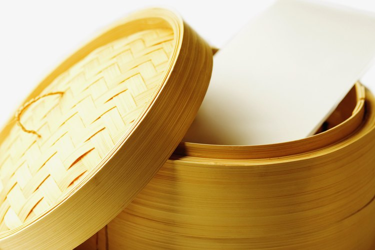 Los bollos chinos rellenos se cocinan en vaporeras de bambú.