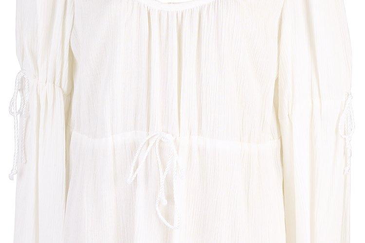 Hazle un tratamiento previo a las manchas antes de lavar tu blusa blanca de algodón.