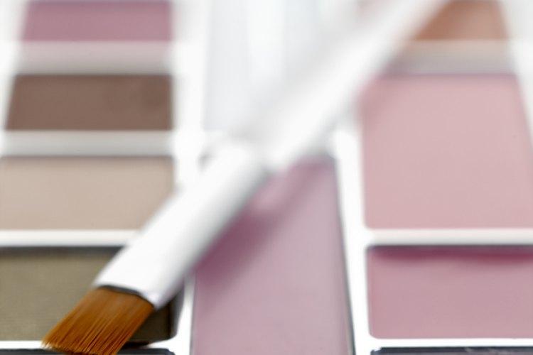 Usa colores neutrales como el café y el marfil para complementar el color de tus ojos.