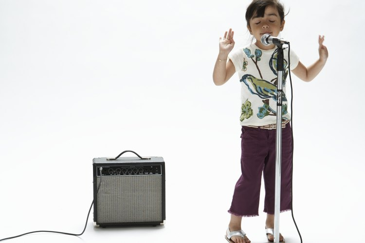 Enseña a tu futura diva cómo tararear y mejorar su voz.
