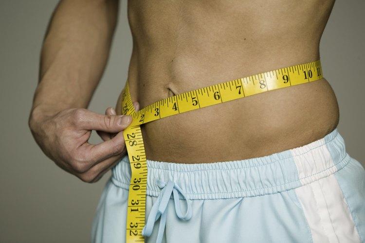 Un hombre que es consiente de su estructura menuda no debería meter una camisa al cuerpo dentro de su pantalón..