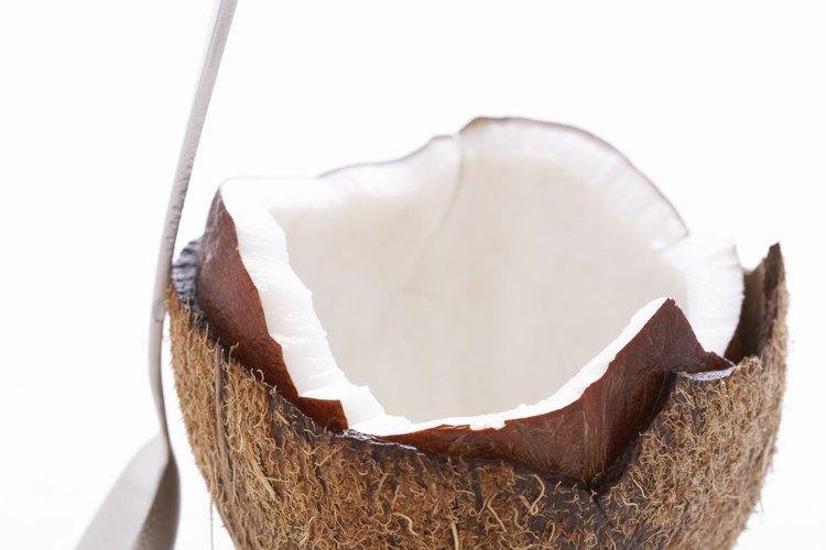 El aceite de coco se puede administrar como alimento o en forma tópica.
