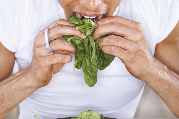 La espinaca tiene beneficios múltiples cuando se toma en forma de jugo.
