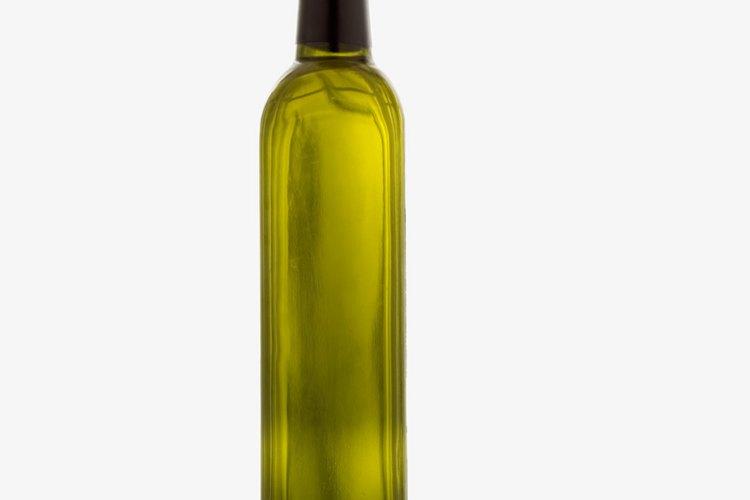 Un exfoliante de sal a base de aceite descompone las manchas de grasa.