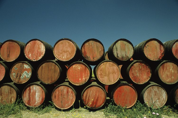 Los barriles de jerez maduran al sol en la región de Andalucía en España.