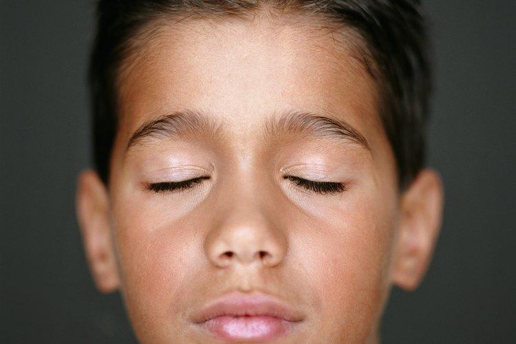 Al cerrar los ojos el niño puede concentrarse en el ejercicio que realiza, como visualizar un color.