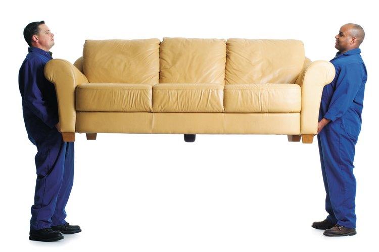 Es importante reducir las probabilidades de lastimarte al levantar muebles pesados.