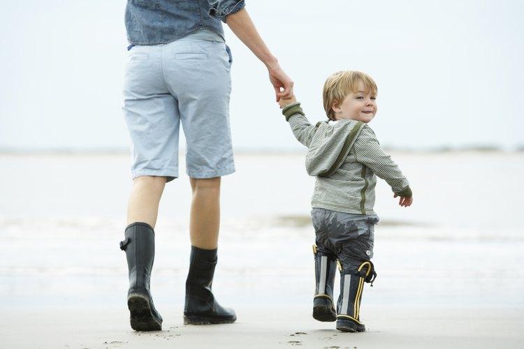Las habilidades para caminar mejoran durante el segundo año de vida.