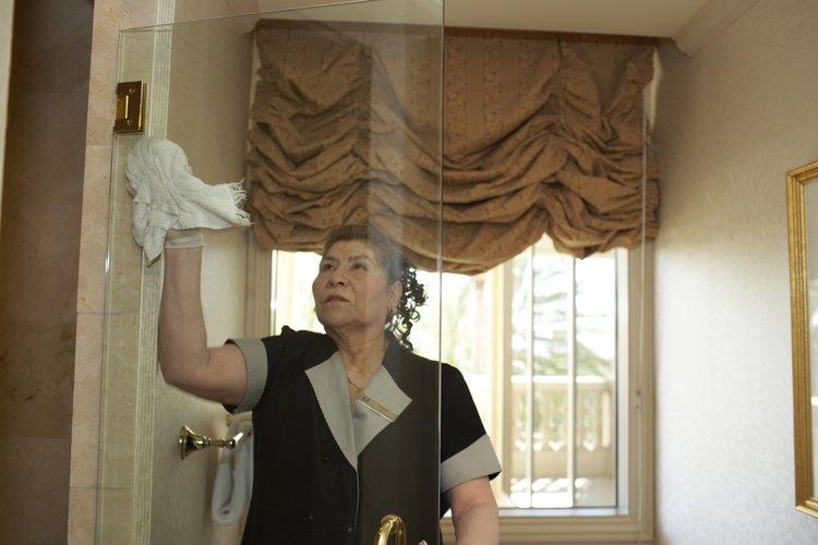 Limpiando el espejo del baño.