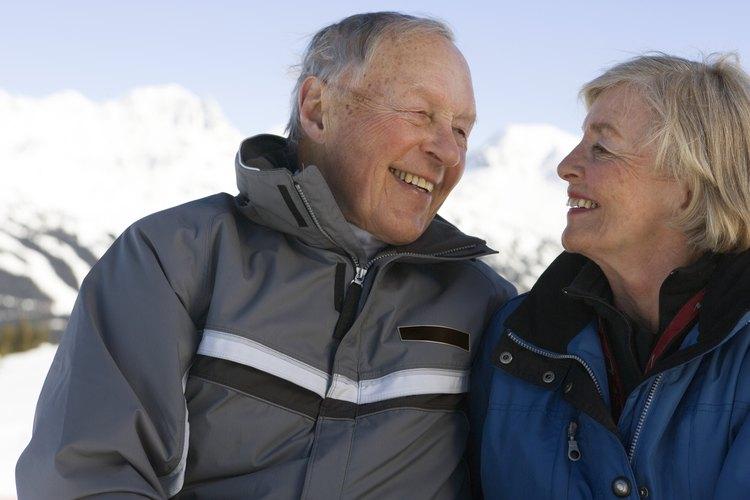 Una pareja afuera en invierno en un resort de ski.