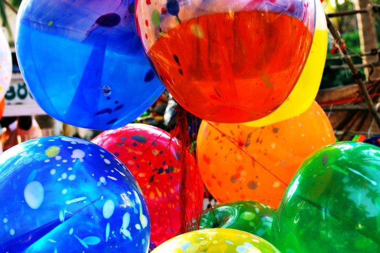 Pon globos de los colores de la escuela o un arco iris en el escenario.