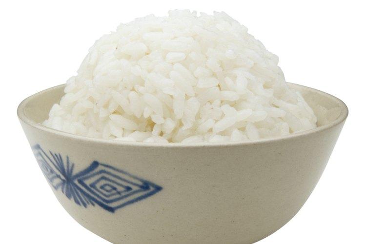 Un tazón de arroz blanco puede ser un agradable acompañamiento para los camarones mariposa adicionando cebollas, tomates, hierbas y especias.
