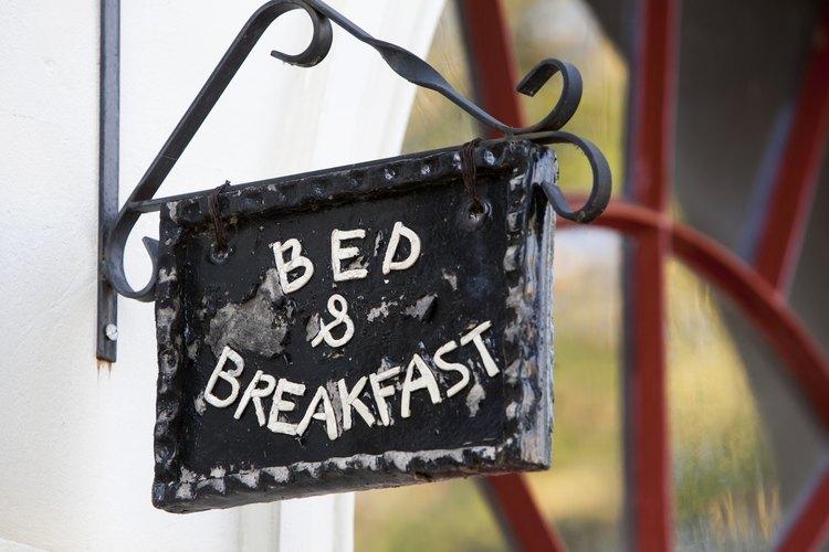 Acercamiento de un cartel de hotel casero.