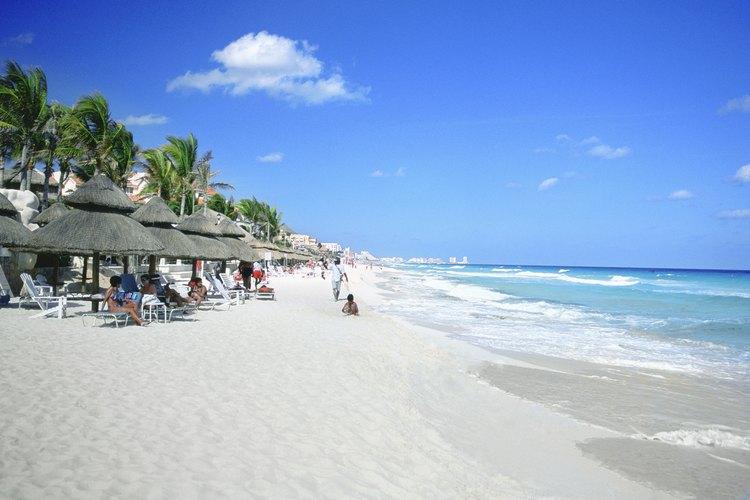 Turistas en una playa de Cancun, México.