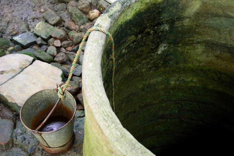 Utiliza una bomba para extraer el agua de tu pozo .