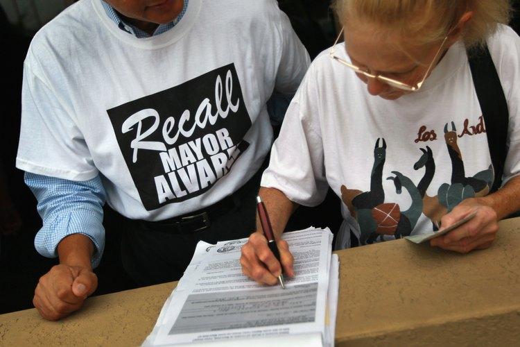 Marie Bond firma una petición para revocar al alcalde de Miami-Dade, Carlos Alvarez.