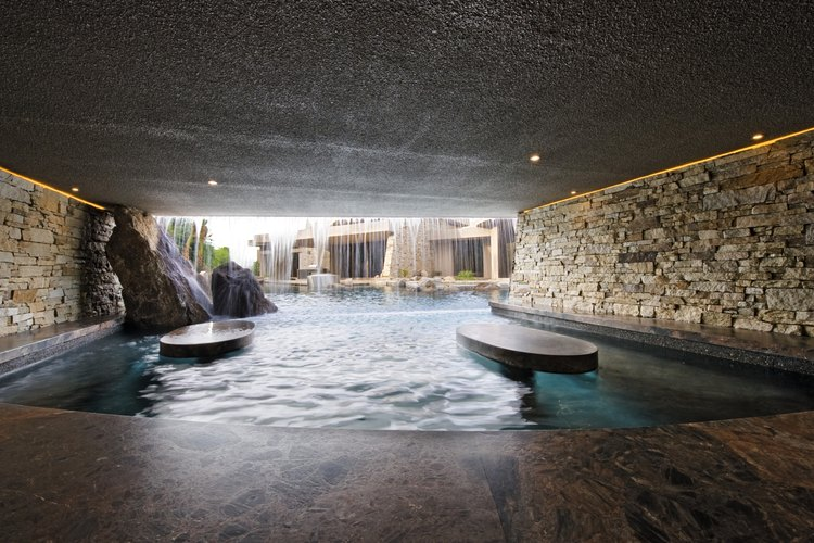 Rodea tu jardín o propiedad con una pared de piedras que puede ser ambos estética como funcional.