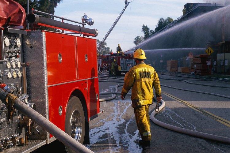 Los bomberos trabajan en una variedad de instalaciones desde áreas industriales a bosques y selvas.