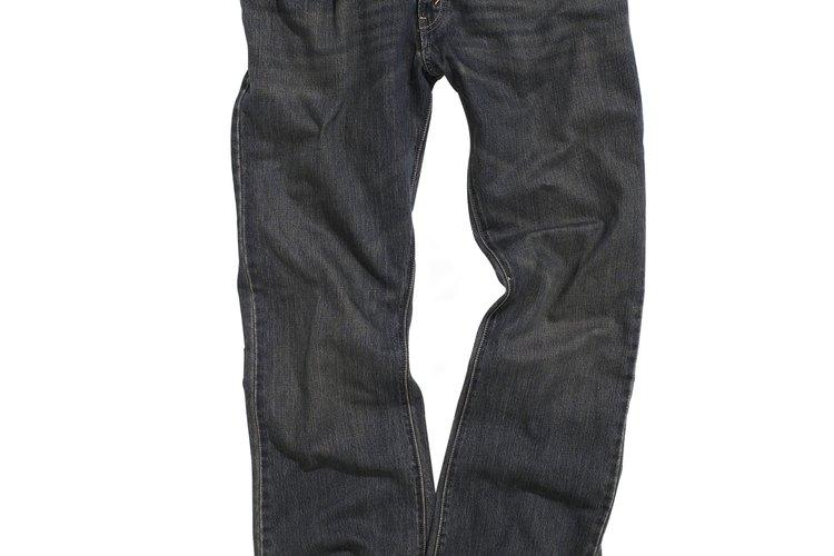 Los jeans arrugados se usan por hombres y mujeres.