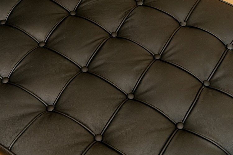 El material del sofá también puede influir en la ambientación de una habitación.