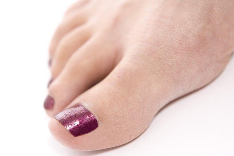 ¡Los tonos rojos hacen que tus uñas sean el centro de atención!