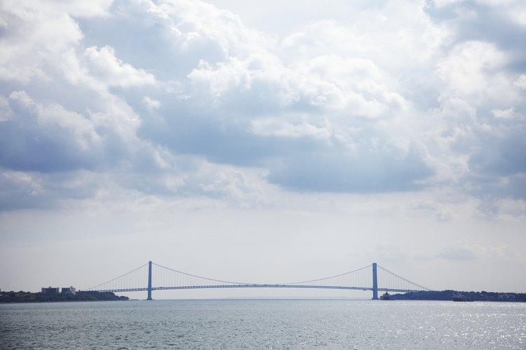 Los puentes frecuentemente conectan áreas separadas por agua.