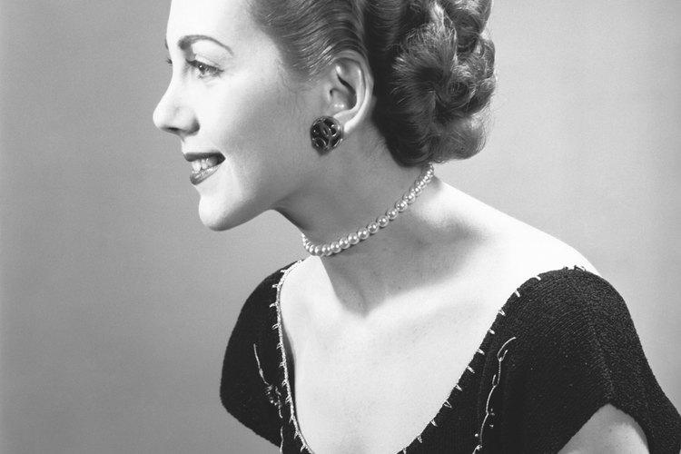 Los peinados de la década de 1950 tenían ondas para enmarcar el rostro.