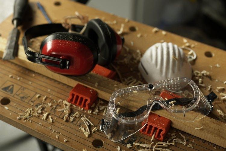 La protección para los oídos, la nariz y los ojos es obligatoria en todos los talleres.