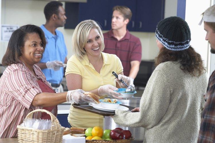 Las donaciones generosas de las empresas de alimentos ayudan a aliviar el hambre.