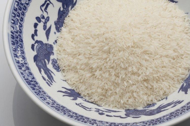 Agrega queso al arroz para un nuevo plato para la cena.