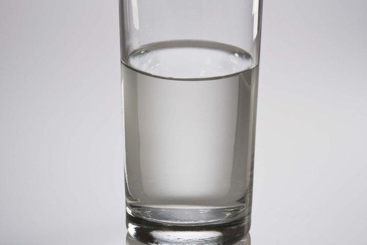 Rompe y echa el huevo dentro de un vaso con agua