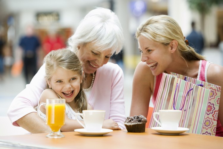 También puedes darle a tu abuela un hermoso collar con una cruz de plata que pueda pasar a sus nietos.