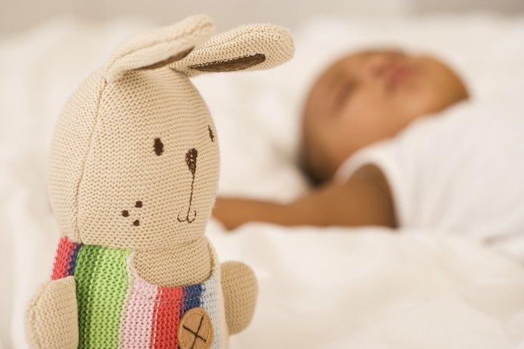 Los juguetes brillantes y coloridos estimulan los sentidos de tu bebé de dos meses.