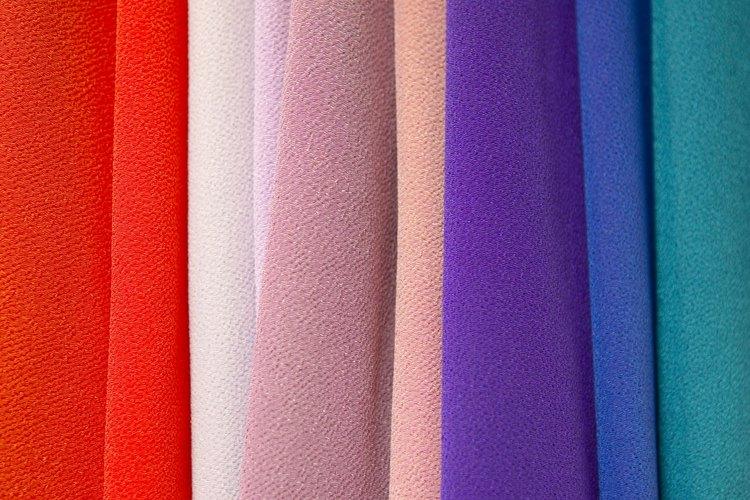 Intenta doblar pañuelos delgados para crear un moño más colorido y esponjoso.
