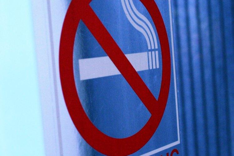 Los señalamientos de no fumar son visibles en la mayoría de los edificios.