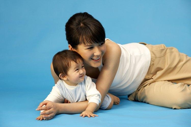 Mueve el cuerpo del bebé hasta que se dé cuenta de cómo hacerlo por sí mismo.