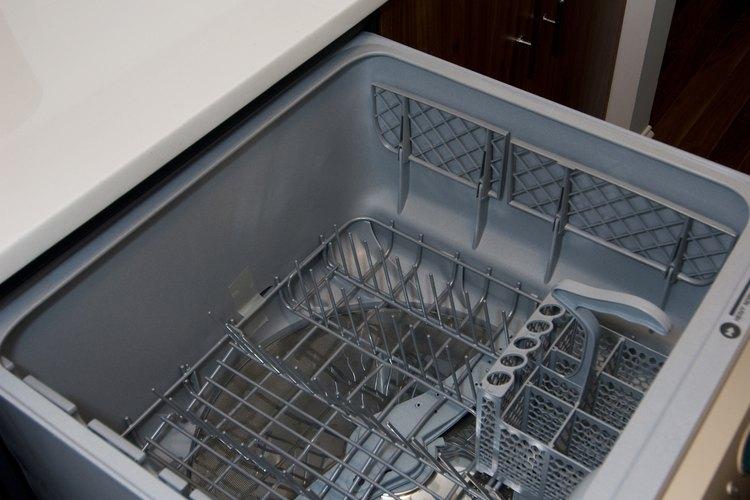 Las partículas de comida son las culpables de la mayoría de los olores del lavavajillas.