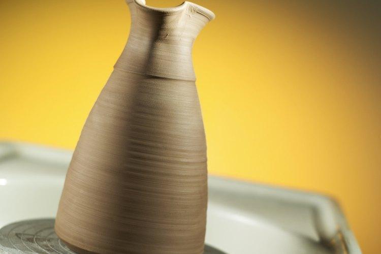 Puedes imprimir un estampado sobre la vasija terminada o puedes usar cualquier otro objeto que deje una impresión firme.