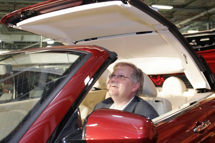 Sal del vehículo y localiza la llanta delantera del lado del conductor.