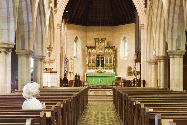 Decora el altar de acuerdo con el calendario de la iglesia litúrgica.