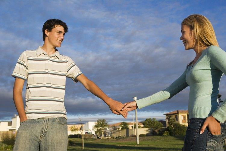 Impulsa a las chicas adolescentes a hablar sobre chicos con los adultos en los que confían.