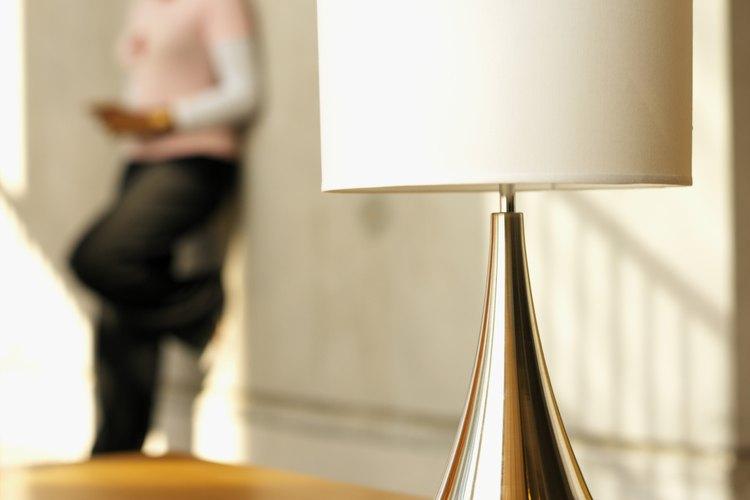 Utiliza Brasso para que los metales de tu sala de estar queden resplandecientes.