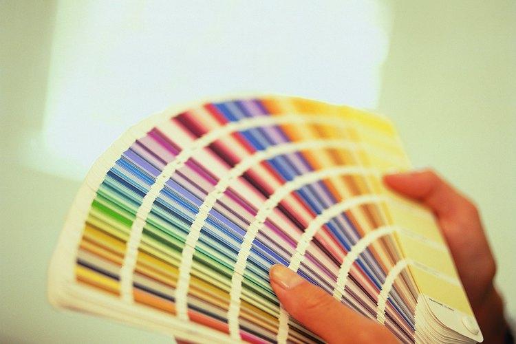 Ten en cuenta las tendencias al planificar los colores de pintura para tu sala de estar.