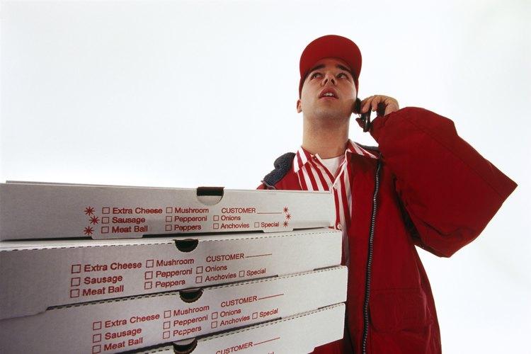 Un repartidor de pizza puede ganar mucho dinero con las propinas, como parte de su paga.
