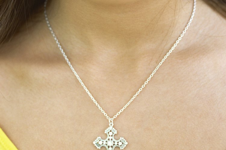 Un collar con una cruz es un excelente regalo para un adolescente cristiano.