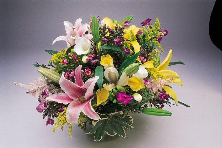 Las flores frescas traen un aire del jardín dentro de la casa.